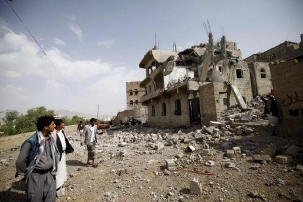 People look at the rubble of a house destroyed by a Saudi-led airstrike in Yemen's capital Sanaa September 5, 2015.   REUTERS/Mohamed al-Sayaghi