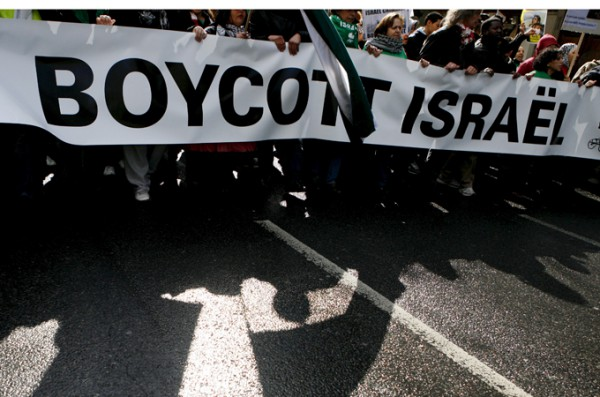 epa01679741 Pro-Palestinian supporters show a banner against Israel as they demonstrate in Paris, France, 28 March 2009. Pro-Palestinian supporters gather in the streets of Paris to express their solidarity to Gaza and their willingness to boycott Israel. EPA/LUCAS DOLEGA