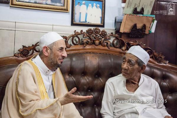Prof Al-Bouthi bersama KH. Maimun Zubair di kediamannya, Sarang, Jawa Tengah (25/02/16) (sumber: Al-Syami)
