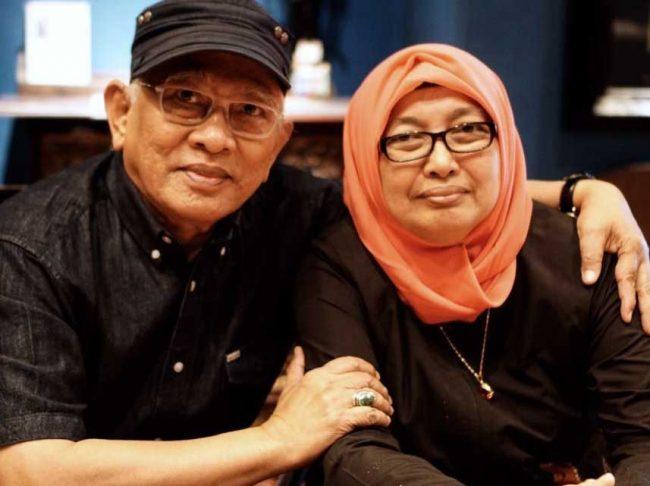 Gus Mus bersama Almarhumah Nyai Siti Fatmah