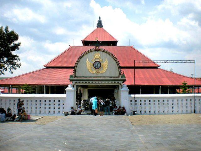 masjid-in-agung-royal-mosque-yogyakarta-indonesia