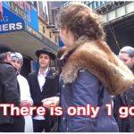 VIDEO—Eksperimen Sosial: Keakraban Pemuda Muslim dan Yahudi Jalan Bareng di Keramaian