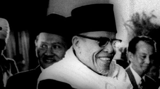 Presiden Soeharto (membelakang) bersalaman dengan Ketua Majelis Ulama Indonesia (MUI) Buya Hamka dengan disaksikan Wakil Presiden Sri Sultan Hamengkubuwono IX (kanan) saat acara halal bihalal pejabat negara di Istana Negara, Jakarta, 1975. [TEMPO/ Syahrir Wahab; 020/204/1974; 02020401]