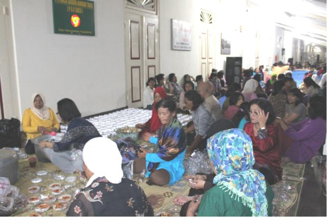 Warga masyarakat di sekitar membantu memasak dan penyajian bubur Suran di Pura Pakualaman