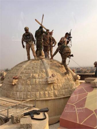 pasukan-muslim-irak-kembalikan-salib-ke-atas-gereja-pasca-bebaskan-desa-kristen-dari-isis
