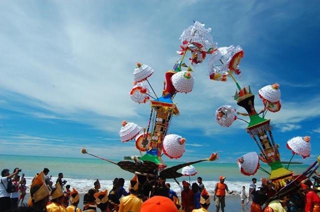 peringati-kesyahidan-sayidina-husein-warga-pariaman-gelar-festival-tabuik