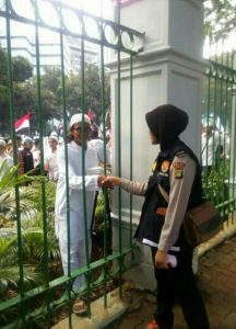 polwan-berhijab-rela-foto-bareng-demonstran