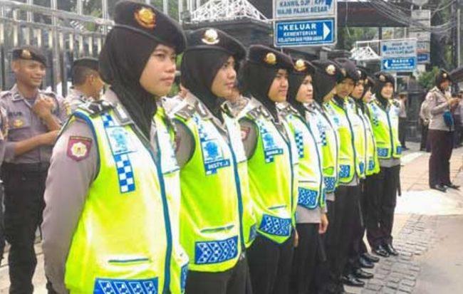 sejukkan-demo-4-november-puluhan-polwan-berhijab-rela-foto-bareng-demonstran
