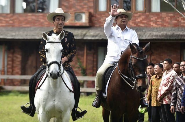 Presiden Joko Widodo (kiri) bersama Ketua Umum Partai Gerindra Prabowo Subianto (kedua kiri) menyapa wartawan saat menunggang kuda di Padepokan Garuda Yaksa, Hambalang, Bogor, Senin (31/10). Pertemuan tersebut dalam rangka silaturahmi sekaligus membahas masalah bangsa, politik dan ekonomi. ANTARA FOTO/Puspa Perwitasari/aww/16.