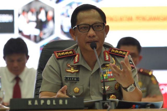 Kapolri Jenderal Tito Karnavian menjawab pertanyaan dalam jumpa pers di Mabes Polri, Jakarta, Rabu (28/12). Dalam kesempatan itu Kapolri menyampaikan kinerja dan capaian prestasi Kepolisian sepanjang tahun 2016 serta rencana strategis yang akan dilakukan di tahun-tahun mendatang. ANTARA FOTO/Akbar Nugroho Gumay/foc/16.