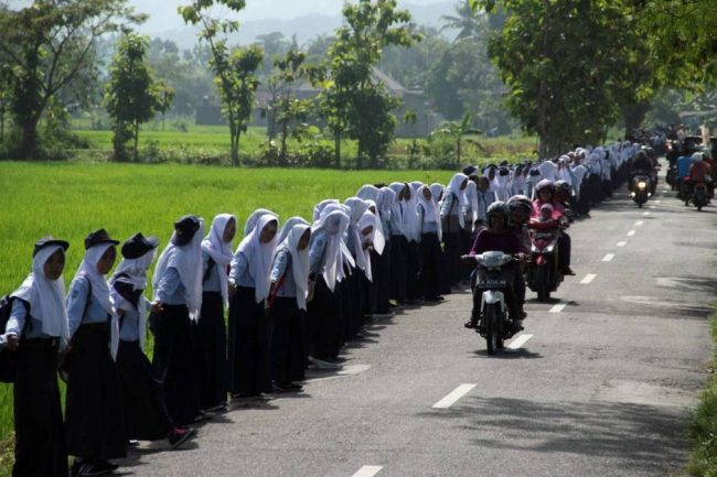Gandeng Tangan 6 Kilometer Kampanye Anti Kekerasan ala Warga Yogya