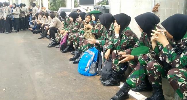 Polwan dan Tentara Wanita Berhijab Sambut Aksi Demo FPI di Mabes Polri