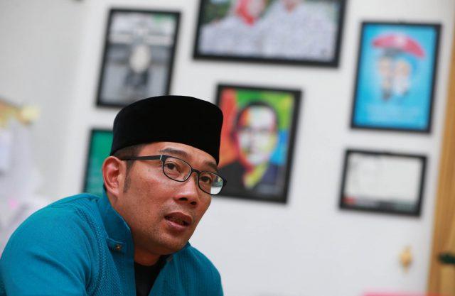 """Deden Iman/ """"PR"""" Walikota Bandung Ridwan Kalim, menerima tamu disalah satu ruangan di Pendopo Kota Bandung, Jalan Dalem Kaum, Kota Bandung, Rabu (12/8/2015)."""