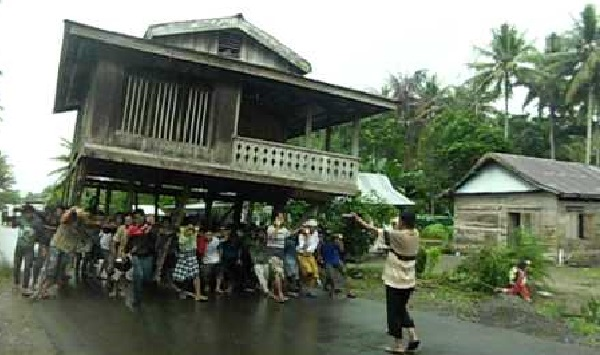 suku-bugis-tradisi-unik-pindahan-rumah-1