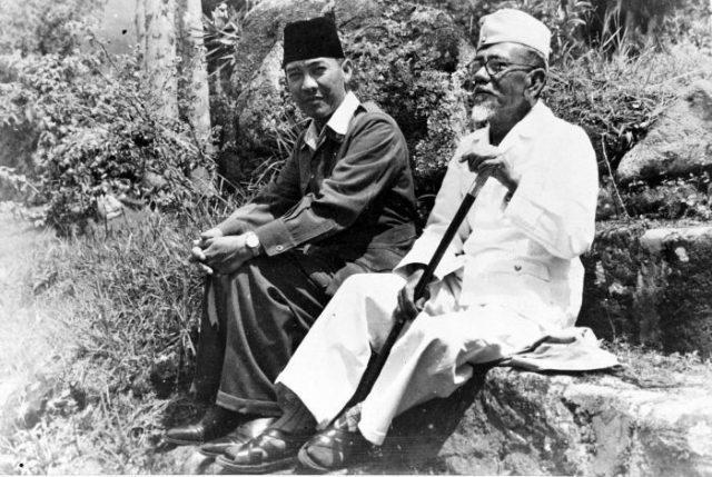 wpid-collectie_tropenmuseum_president_soekarno_tijdens_een_wandeling_met_hadji_agus_salim_tmnr_10018810