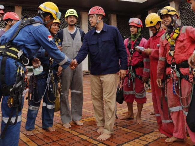 Saat Spiderman Lintas Agama Lakukan Aksi Bebersih Menara Masjid Istiqlal Jakarta
