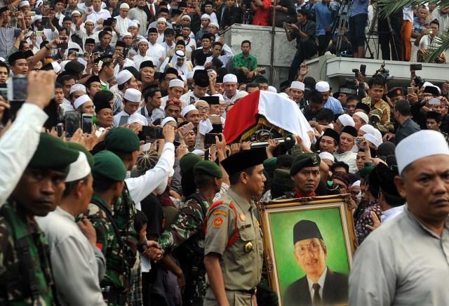 ADE-Pemakaman-KH-Hasyim-Muzadi2