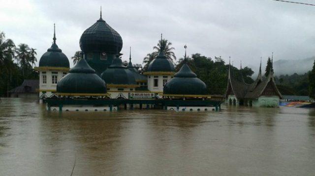 kondisi-banjir-di-jorong-sopang-pangkalan-kabupaten-limapuluh-kota_20170303_172535 (1)
