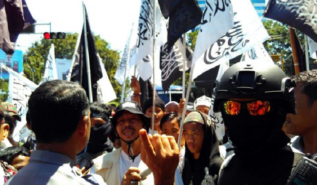 Massa Hizbut Tahrir dan Banser Ansor Bentrok di Makassar