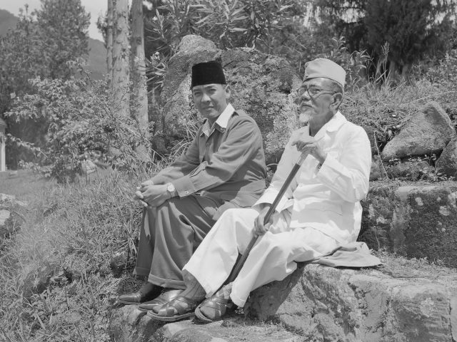 Soekarno en Agoes Salim in ballingschap (reproductie) *1949/01/01