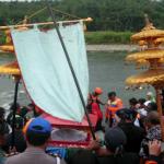 Filosofi Sedekah Larung Sungai Gintung