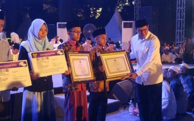 Di Sela Acara Puncak Hari Santri, Menag Bagikan 20.056 KIP Santri di Semarang