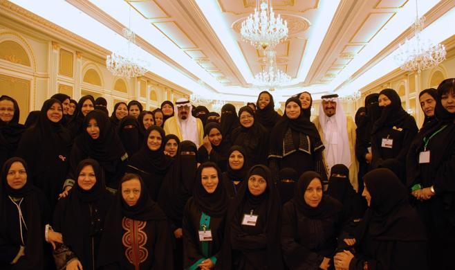 Raja Abdullah, dan putra mahkota, Salman bin Abdul Aziz, berfoto bersama perempuan-perempuan di Barat Daya kota Najran dengan jilbab yang lebih terbuka. Photo: AFP/Getty Images