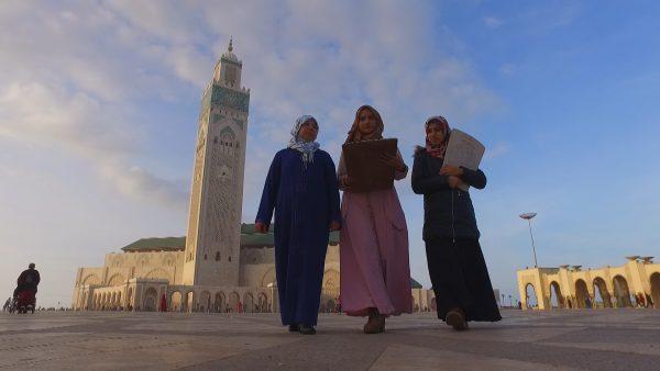 Nuriyyah bersama muridnya di halaman Masjid Hassan II, Casablanca, Maroko. Photo: Irfan Padli/TRANS7
