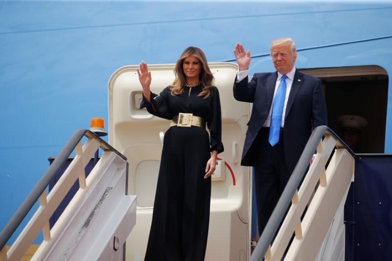 Presiden Amerika Serikat Donald Trump dan first lady Melania Trump tiba Riyadh, Saudi Arabia, Pada 20 Mei 2017. Melania tidak menggunakan abaya maupun jilbab. Photo: Reuters/Jonathan Ernst