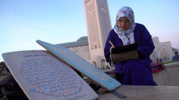 Nuriyyah, guru kaligrafi wanita pertama di Maroko. Photo: Irfan Padli/TRANS7