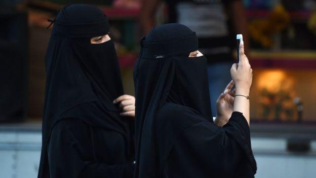 Perempuan Arab Saudi mengenakan abaya, jilbab, dan niqab. Photo: AFP