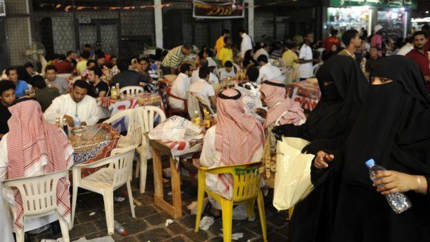 Restoran di Arab Saudi harus menyediakan tempat yang terpisah bagi lelaki dan perempuan. Photo: AFP