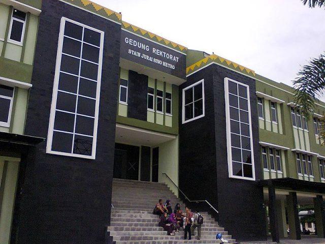 800px-Gedung_Rektorat_STAIN_Jurai_Siwo_Metro