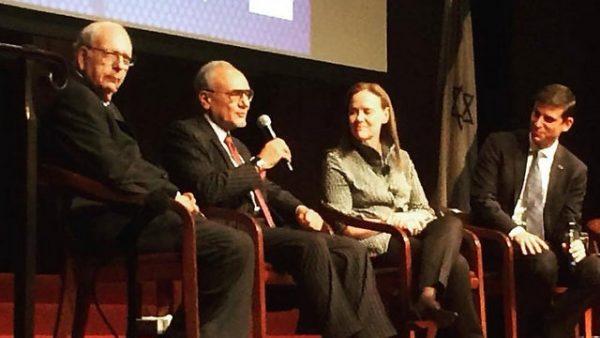 Efraim Halevy (paling kiri) duduk bersama Pangeran Turki bin Faisal al Saud (sedang memegang micropone) di sebuah sinagog di New York. Photo: Israel Policy Forum