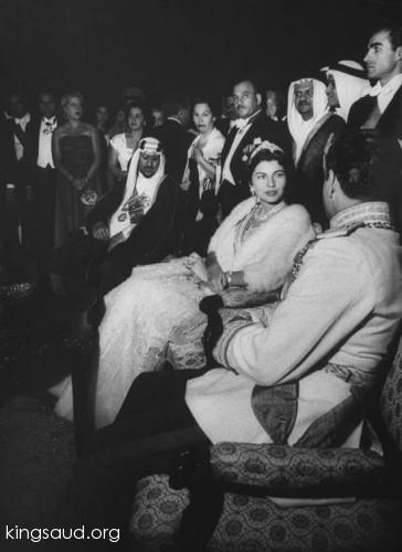 Raja Saud bersama Kaisar Mohammad Reza Pahlavi dan istrinya, Permaisuri Soraya Bkhittar, kunjungan ke Iran tahun 1955. Photo: kingsaud.org