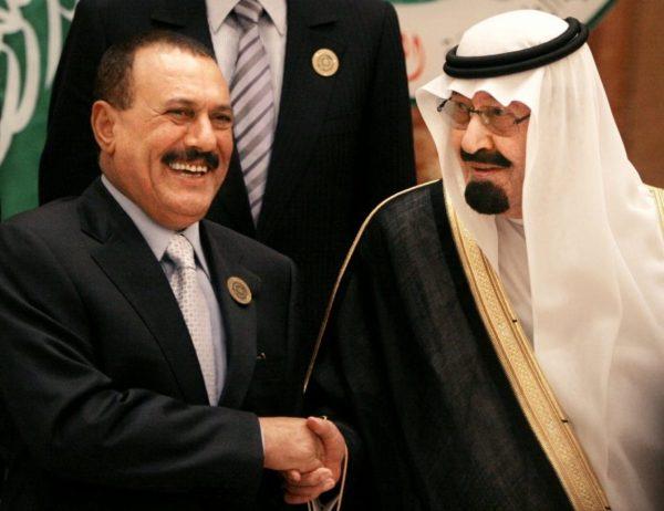 Presiden Ali Abdullah Saleh bersama Raja Abdullah bin Abd al-Aziz berjabat tangan sebelum dimulainya KTT Arab di Riyadh tahun 2007. Photo: Amr Nabil/Associated Press