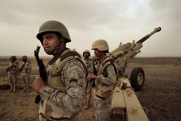 April 2015, pasukan Saudi bersiap menembakkan roket dari Jizan ke arah Yaman. Jarak tempuh roket tersebut mencapai 30 km. Photo: Carolyn Cole/Los Angeles Times/Polaris
