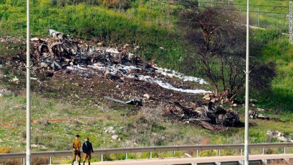 Sisa-sisa pesawat F-16 milik Israel yang jatuh. Photo diambil di utara Israel pada Sabtu (10/2). Photo: AFP/Jack Guez