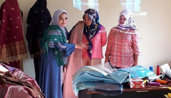 Busana Muslim Tenun Payakumbuh Rambah London Fashion Week
