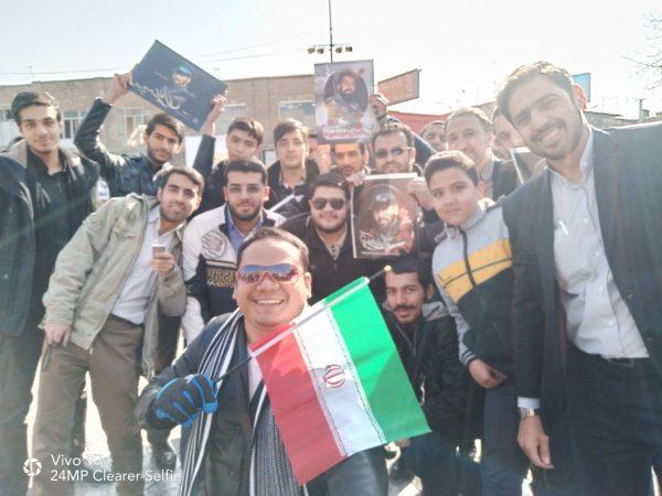Dr. Hasani Ahmad Said, MA (memegang bendera), berpose bersama warga Iran. Photo: ABNA