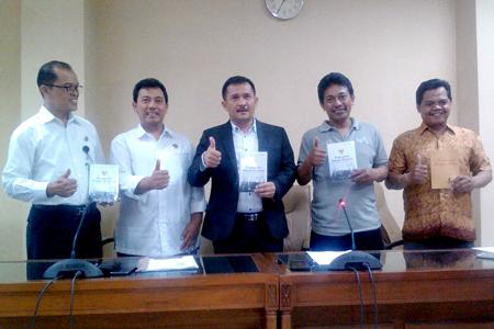 Ketua komisi A DPRD DIY Eko Suwanto (tengah) saat konpers Sinau Bareng Pancasila. Photo: Gatra/Arif Koes/re1