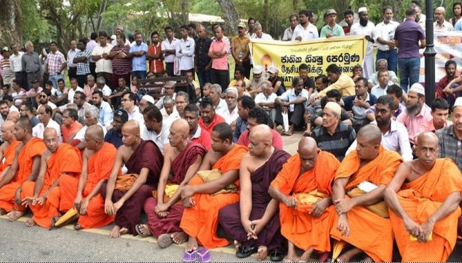 Tunjukkan Solidaritas, Biksu Buddha Safari ke Masjid