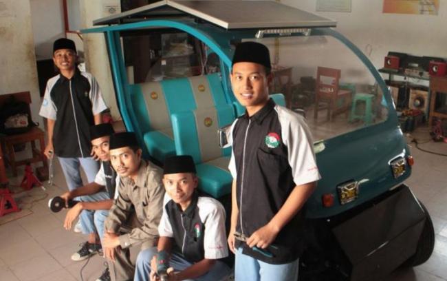 Mobil Tenaga Surya Karya Santri Masa Kini