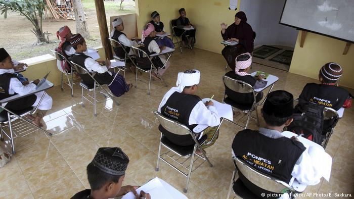 Suasana belajar mengajar di Pesantren Al Hidayah. Sumber poto: dw.com