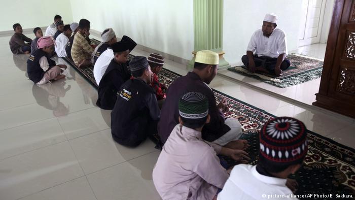 Aktifitas di dalam Masjid Al Hikmah. Sumber poto: dw.com