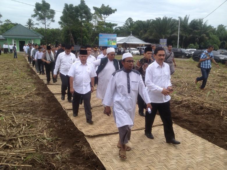 Kunjungan Kepala BNPT Komjen Suhardi Alius, ketika memberikan bantuan dan sekaligus meresmikan Pesantren Darus Syifaa tahun 2016. Sumber gambar: news.detik.com