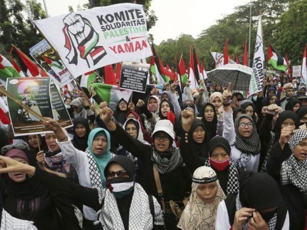 Massa yang tergabung dalam Komite Solidaritas Palestina dan Yaman melakukan demonstrasi di depan Kedubes AS hari ini (8/6). Photo:  Achmad Ibrahim / AP