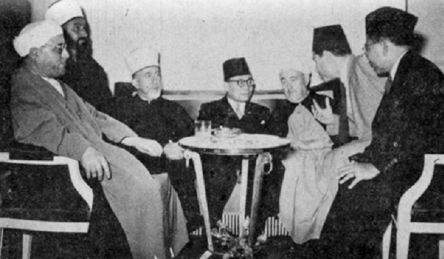 Bung Hatta bersama pemimpin-pemimpin Arab. Di kirinya Emir Abdulkarim Maroka dan wakil Aljazair, Syagli Makki, dan di kanannya Mufti Besar Palestina M.A. Husaini dan seorang Palestina lainnya dan di ujung kiri Emir Muhammad, adik Emir Abdulkarim yang sama-sama meloloskan diri di Zues dari kapal Perancis dan kemudian dilindungi oleh Raja Faruk. Semua pemimpin-pemimpin Arab itu lari dari jaringan Perancis dan Inggris dan mendapat perlindungan dari Raja Faruk. Sumber gambar: Hamid Nabhan, Ziarah Sejarah; Mereka yang Dilupakan, Lamongan, PAGAN PRESS, 2018, hal. 72