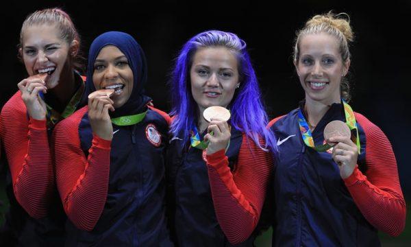 Ibtihaj Muhammad ketika memenangkan medali pada tahun 2016. Photo: Tom Pennington/Getty Images
