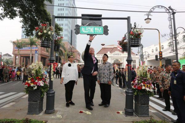 Menlu Retno LP Marsudi, Menlu Palestina Riad Malki dan Wali Kota Bandung Oded M Danial meresmikan Palestine Walk. (Foto: dok.Humas Pemkot Bandung)